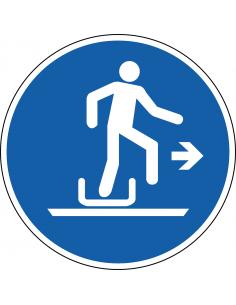 pictogram rechts uit slee stappen, blauw wit, rond, ISO 7010, M051